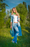 Portret van mooi jong meisje in jeans openlucht Stock Afbeeldingen