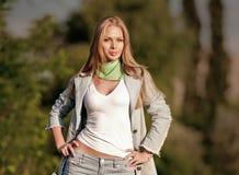 Portret van mooi jong meisje in jeans openlucht Royalty-vrije Stock Afbeelding