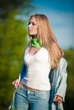 Portret van mooi jong meisje in jeans openlucht Royalty-vrije Stock Fotografie