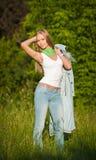 Portret van mooi jong meisje in jeans openlucht Stock Fotografie