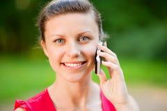 Portret van mooi jong meisje met een telefoon Royalty-vrije Stock Afbeeldingen