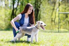 Portret van Mooi jong meisje met haar honden stock fotografie