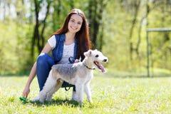 Portret van Mooi jong meisje met haar honden royalty-vrije stock foto's