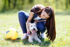 Portret van Mooi jong meisje met haar honden stock afbeeldingen