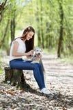 Portret van Mooi jong meisje met haar honden stock foto