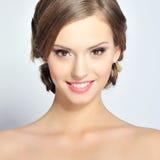 Portret van mooi jong meisje met schone huid op mooi gezicht Stock Foto