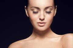 Portret van mooi jong model, met gesloten ogen stock afbeeldingen
