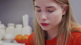Portret van mooi Kaukasisch meisje stock videobeelden