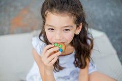 Portret van mooi, kind (meisje), bitescookies Royalty-vrije Stock Fotografie
