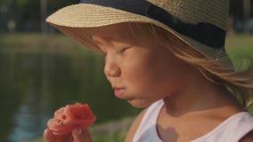 Portret van mooi leuk meisje die watermeloen met genoegen, close-up eten stock videobeelden