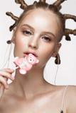 Portret van mooi leuk meisje met pretkapsel en creatieve kunstsamenstelling Het Gezicht van de schoonheid Stock Foto