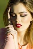 Portret van mooi meisje bij zonnige dag Royalty-vrije Stock Fotografie