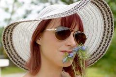 Portret van mooi meisje dat hoed en zonnebril draagt Stock Fotografie