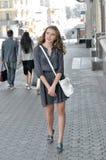Portret van mooi meisje dat op de stoep loopt royalty-vrije stock foto's