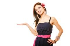 Portret van mooi meisje in de open palm van de de zomerstijl Royalty-vrije Stock Fotografie