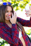 Portret van mooi meisje die haar mobiele telefoon in stad met behulp van Stock Fotografie