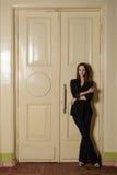 Portret van mooi meisje in een zwart kostuum royalty-vrije stock afbeeldingen