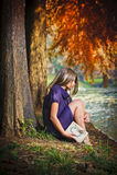 Portret van mooi meisje in het bos Stock Afbeeldingen