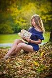Portret van mooi meisje in het bos Stock Fotografie