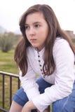 Portret van mooi meisje in het park Stock Afbeelding