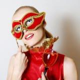 Portret van mooi meisje met Carnaval masker stock afbeeldingen