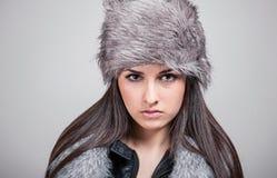 Portret van mooi meisje met de de winterhoed Royalty-vrije Stock Foto's