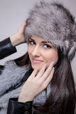 Portret van mooi meisje met de de winterhoed Stock Afbeelding