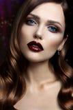 Portret van mooi meisje met donkere lippen Stock Foto's