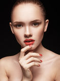 Portret van mooi meisje met duidelijke gezonde huid Royalty-vrije Stock Foto's