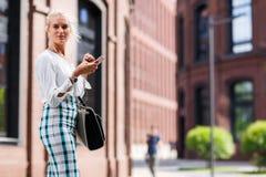 Portret van mooi meisje met een telefoon in haar handen Stock Afbeeldingen