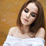 Portret van mooi meisje met gesloten ogen - sluit omhoog Stock Foto's