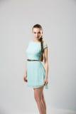 Portret van mooi meisje met het perfecte lange glanzende blonde schot van de haarstudio Stock Afbeelding