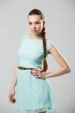Portret van mooi meisje met het perfecte lange glanzende blonde schot van de haarstudio Stock Foto