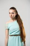 Portret van mooi meisje met het perfecte lange glanzende blonde schot van de haarstudio Royalty-vrije Stock Foto's
