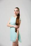 Portret van mooi meisje met het perfecte lange glanzende blonde schot van de haarstudio Stock Foto's