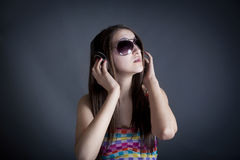 Portret van mooi meisje met hoofdtelefoons royalty-vrije stock afbeelding