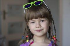 Portret van mooi meisje met kleine vlechten Stock Afbeeldingen
