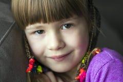 Portret van mooi meisje met kleine vlechten Stock Foto