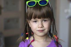 Portret van mooi meisje met kleine vlechten Royalty-vrije Stock Foto