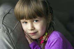 Portret van mooi meisje met kleine vlechten Stock Afbeelding