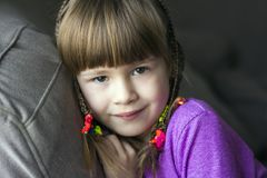 Portret van mooi meisje met kleine vlechten Royalty-vrije Stock Foto's