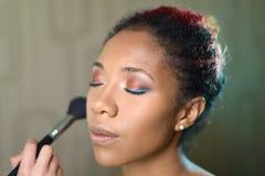 Portret van mooi meisje met mooie make-up de meester maakt gezicht met borstel royalty-vrije stock foto