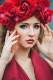 Portret van mooi meisje met rode kroon Stock Foto's