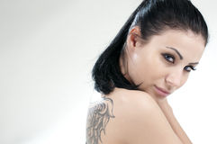 Portret van mooi meisje met tatoegering Royalty-vrije Stock Foto