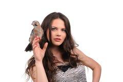 Portret van mooi meisje met vogel royalty-vrije stock afbeeldingen