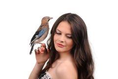 Portret van mooi meisje met vogel Stock Afbeelding