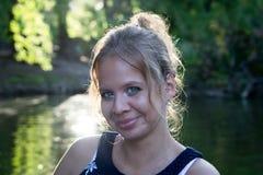 Portret van mooi meisje op achtergrond van de zomerpark Royalty-vrije Stock Foto's