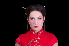 Portret van mooi meisje in rode Japanse die kleding op bl wordt geïsoleerd Royalty-vrije Stock Foto