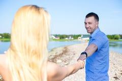 Portret van mooi paar in liefde die op de zomerstrand lopen Stock Afbeeldingen