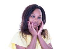 Portret van mooi rustig Afrikaans meisje over witte studio Amerikaanse schoonheid als achtergrond met lang haar stock foto's